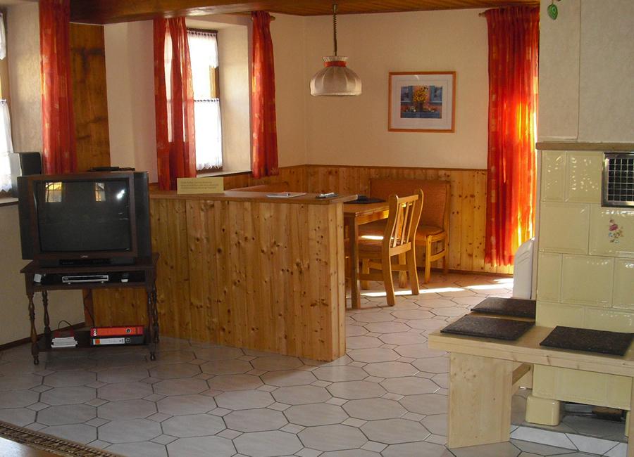 Wohnzimmer Mit TV; Ferienwohnung   Esszimmer Mit Ausziehbarem Tisch, Bänken  Und Stühlen